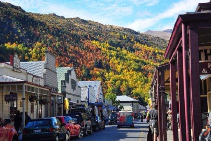 箭镇是新西兰南岛上一个风景如画、富有情调的小镇。这个小镇与皇后镇是完全相反的两种风格,非常宁静。1862年威廉·福克斯在小镇附近发现了黄金,从而促进小镇的发展。