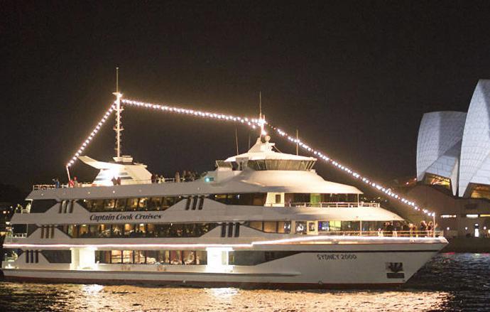 在游船旅程中、欣赏日落美景的同时,船上提供各式地道澳式美味供选择。见证城市和海港的日落美景,沉醉于温柔水波与暖黄灯光的交相辉映。