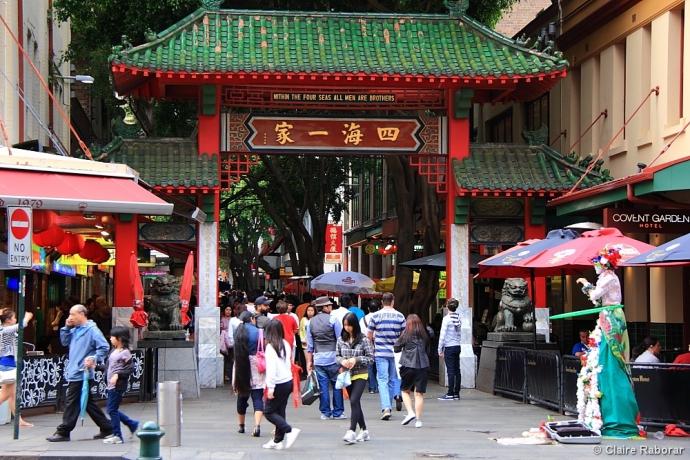 """悉尼唐人街的中心-德信街道的两端,各竖立一座绿瓦红棂、玲珑标致的中国式牌楼。牌楼上的横额,各有""""通德履信""""和""""四海一家""""8个大字。"""