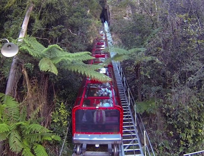 蓝山铁路是世界上最陡峭的斜坡铁路、比悬崖低400米。这激动人心、独特的旅程在到达位于峡谷的车站前需要穿过一条长长的隧道和被阳光覆盖的森林峡谷。两种经历都是以独特的方式来体验蓝山