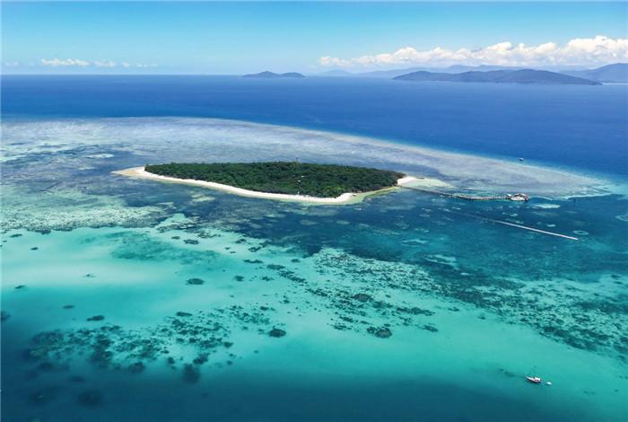 高空俯瞰整座城市,直升机将带您盘旋在世界七大自然奇观之一的最大片的珊瑚海上空绿岛(GREEN ISLAND),俯瞰大堡礁全貌,感受凯恩斯独特的魅力