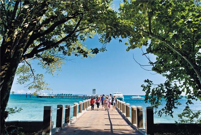绿岛位于大堡礁区域,距离凯恩斯约45分钟航程,是一座整体面积不大却分布着大片热带雨林的珊瑚礁岛屿,历经6000多年岁月形成。绕行绿岛一圈仅需1个多小时。