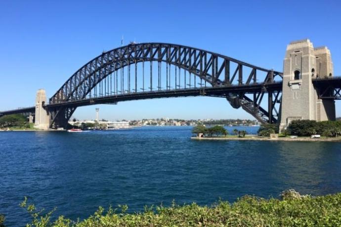 悉尼大桥有许多重要的意义,她是连接港口南北两岸的重要桥梁、是悉尼歌剧院明信片的完美背景、在距离水面147米的高处遥望悉尼歌剧院,这个角度绝对独一无二,也是摄取港口全景的绝佳地点。