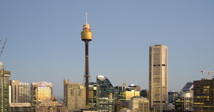 悉尼塔是一个多功能建筑物,它的外表呈金黄色,在阳光的照射下显得格外壮观。高达230米的管状塔身是由46根长5米、直径6.7米、重32吨的管子一个压一个堆积而成。