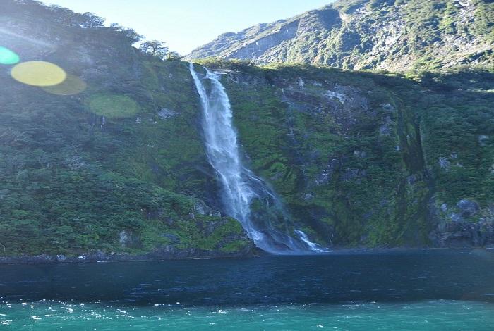 """米佛峡湾(英文:Milford Sound、毛利语:Piopiotahi),在毛利语的意思为""""第一只野生画眉""""(First Native Thrush)。是位于新西兰南岛西南部峡湾国家公园内的一处冰河地形,峡湾形成于冰河时期,其最深处与米特峰相差达265米。毛利人认为峡湾是一个叫图蒂拉基法努阿的"""