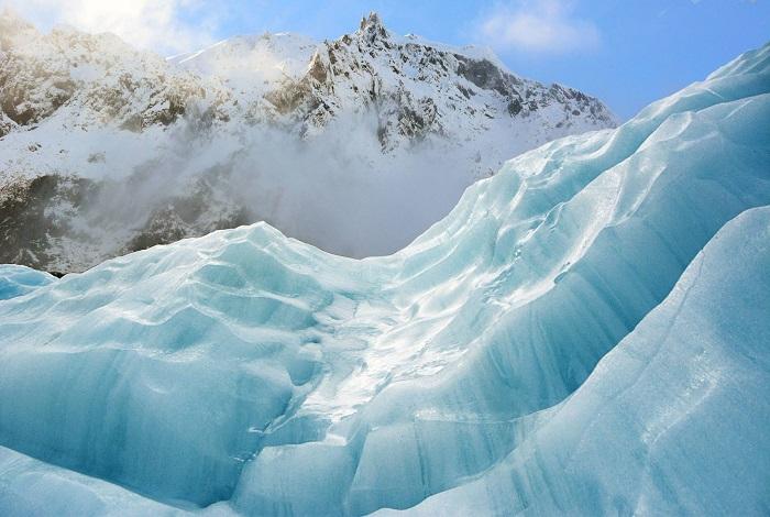福克斯冰川象她的姊妹旅游点弗朗兹·约瑟夫一样,冰川从南阿尔卑斯山脉南麓淌下,一直延伸到距海平面仅300米处的温带雨林。福克斯冰川是位于南阿尔卑斯山脉的冰川,因威廉姆·福克斯爵士而得名你可以走到冰川脚下,可安排一次冰川上远足探险,或者预定一次空中观光飞行。
