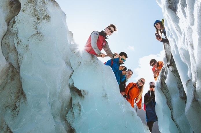 冰川健行英文名字Heli-Hike,就是先坐直升机空中俯瞰冰川壮阔的全貌,然后在冰川中段与世隔绝的一段冰面上着陆,穿着冰爪鞋,在专业导游的带领下,穿越冰川地带,探冰洞,喝冰川水,看冰凌、冰沟、冰湖,体验晶莹与蔚蓝的世界。徒步的同时导游会讲解过去一段时间内这片区域所经历的地质变幻,途中可根据体力情