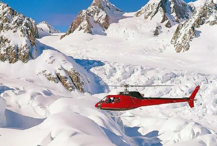 库克山是新西兰最高的山峰,位于南岛中西部的南阿尔卑斯山脉中,周围有22座3千公尺以上的山峰,终年积雪。乘直升机登山看冰川是到新西兰旅游者非常热衷的旅游项目。飞机降落在万年冰川之上,游客站在如此纯净又一尘不染的雪山之上,心灵震撼,感受大自然的伟大,万年雪山默默无语却又如此庄严。