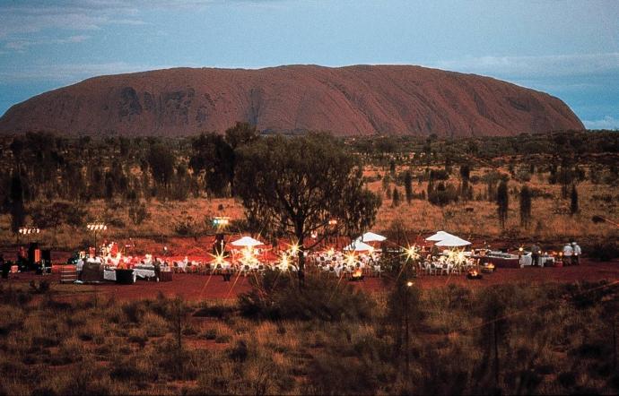 寂静之声沙漠星空晚宴是受欢迎的旅游项目,它将美食与独特的体验完美融合。其亮点在于在沙漠里星空下享用晚餐。由于光污染少,北领地的乌鲁鲁堪称世界上观测星空的优选地点之一。