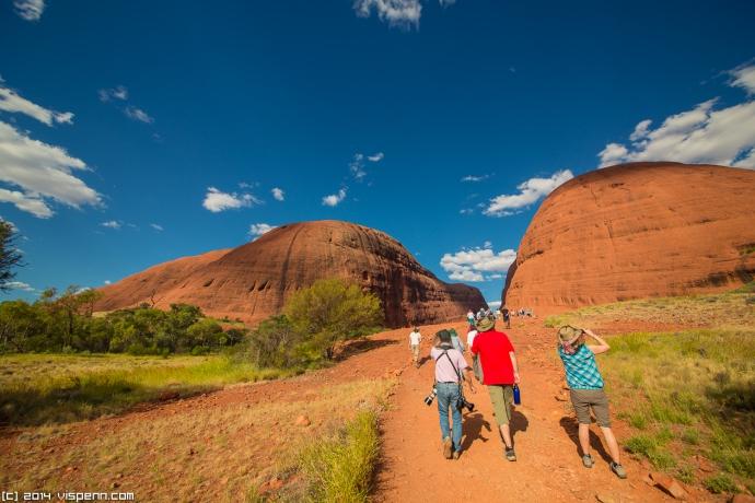 来此的许多游客一致认为,风之谷步道不容错过。风之谷步道沿途有两个观景台能为您观赏卡塔丘卡(Kata Tjuta)的岩层提供极佳的视角。
