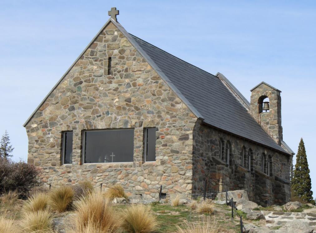 这个独特的教堂坐落于特卡波湖岸边,背景是辽阔的山水风景和巍峨的高山,风景如画,好牧羊人教堂内坚固的岩石象征爱情的坚如磐石和天长地久。
