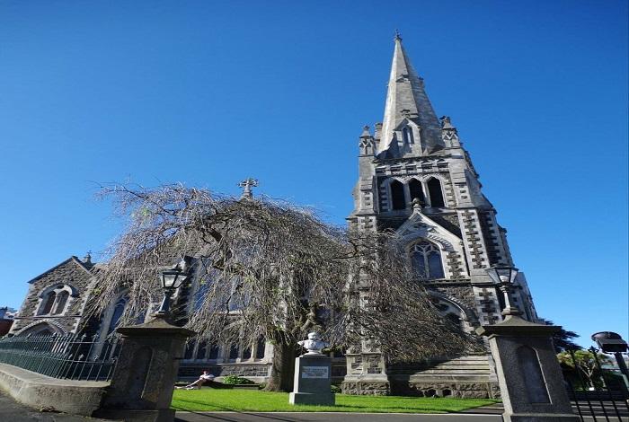 新西兰 最古老的城市, 但尼丁 始建于1848年,直至十九世纪末都是 新西兰 第一 大城 市,如今仍然是 南岛 第二 大城 市。  但尼丁 是一座 苏格兰 风格的城市,带有明显的 苏格兰 首都 爱丁堡 痕迹。市中心的广场设计成一个八边形。