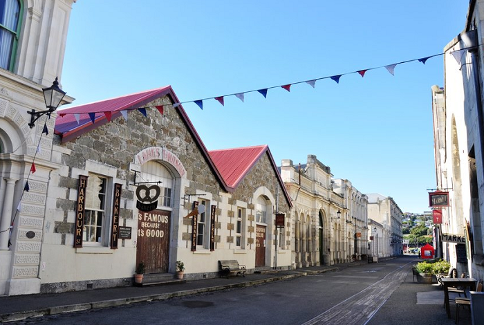 奥马鲁距离但尼丁北部88公里,是新西兰南岛东南部主要城镇和港口,也是奥塔哥地区第三大城市,紧排在皇后镇和但尼丁之后这个城镇曾经一度是维多利亚时期热闹的淘金小镇,受到经济危机的影响,整个城镇的经济发展放缓,现在只剩下宁静和维多利亚时期的石灰岩建筑。