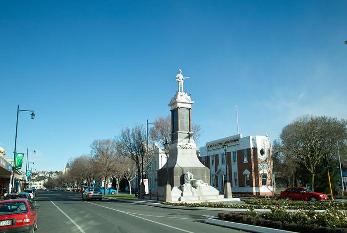 奥马鲁盛产白色的石灰石,早期繁荣时期的大部分建筑都是用本地的白石建造的。小镇有很多保护完善的新西兰历史建筑,其中大部分集中在奥马鲁历史区,也就是海港街上。海港街独具特色是 奥马鲁维多利亚建筑群所在的地方。这些古建筑都是在19世纪60年代到80年代建造的,也是新西兰最完整的维多利亚时期的商业建筑。