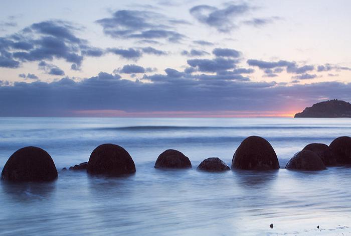 摩拉基大圆石距离奥马鲁38公里,行车半小时。科学的解释是说这些大圆石是方解石凝结物,形成于六千五百万年前。带电粒子周围的钙和碳酸盐慢慢结晶,而形成了大圆石,其形成过程如珍珠要经历四百万年。根据毛利人的传说,这是一千多年前,航海大战舟阿雷德欧鲁号滚出的瓜果。