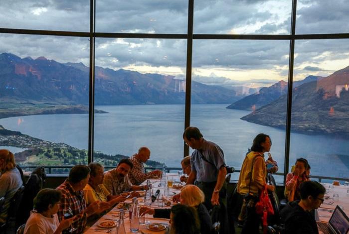 皇后镇的天空缆车餐厅被美国广播公司评为世界上最佳景观餐厅!无论是白天还是夜晚,您都可以在新西兰最美丽的旅游景点享用午餐或晚餐。Skyline餐厅全年的每个夜晚供应令人垂涎的新西兰传统风味海鲜自助大餐,Skyline餐厅有三层,可同时接待330名客人同时就餐。