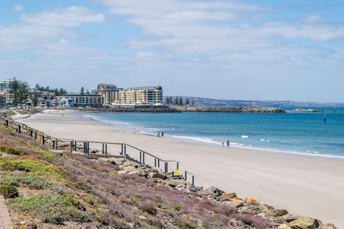 格雷尔海滩坐落在豪法士海岸(Holdfast Bay),距离阿德莱德市中心有25分钟的电车车程。这里有白色的沙滩,迷人的古式酒店和熙熙攘攘的商店,人行道咖啡馆和夏季娱乐项目。