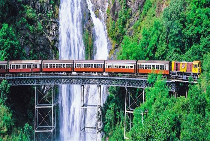 新颖的库兰达观景火车(Kuranda Scenic Railway)之旅是一段美妙的旅程,您将欣赏到茂密雨林、陡峭峡谷和风景如画的瀑布无与伦比的美景。 这段著名的铁路从凯恩斯(Cairns)蜿蜒至雨林中的村庄库兰达(Kuranda),全程历时大约 1 小时 45 分钟。