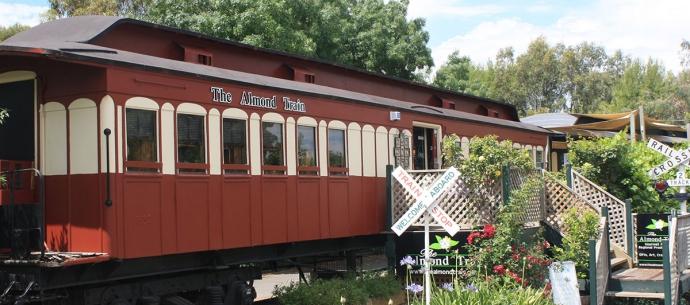 杏仁火车是一个20世纪20年代风格的火车车厢,靠近麦克拉伦峡谷的什拉子小径,是麦克拉伦谷的地标性旅游景点,也是品尝阿德莱德美食的最佳领地。1908 年建造的火车车厢至今保留得完好无损.