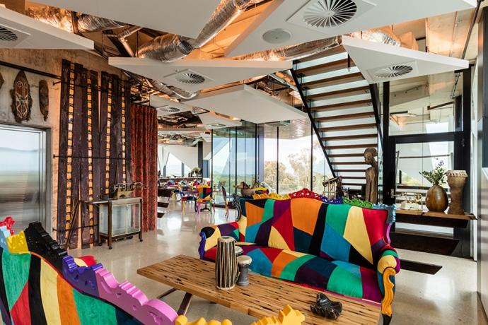 巨型魔方于2017年最新竣工的黛伦堡魔方位于酒庄的中心位置,这座造型独特的五层大楼包括一间全新的品酒室、数间风格各异的酒吧、一家餐厅、私人品酒室、办公场所以及艺文空间.