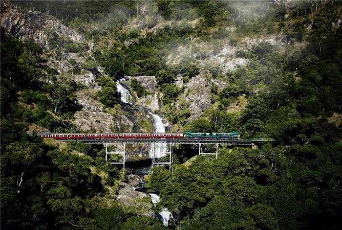 凯恩斯到库兰达的铁路(Cairns-Kuranda Railway)建造于 1882 年到 1891 年间,即使在今天仍被认为是一个重大的工程壮举。 这 15 条人工隧道和 37 座桥由数百名雇佣工人建造,如同为热带北昆士兰(North Queensland)开拓者树立的一座纪念碑,纪念在修建铁路时