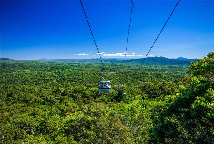 空中观光缆车横穿巴伦峡谷国家公园(Barron Gorge National Park),全程 7.5 千米,在舒适的六人缆车舱内,您将看到凯恩斯热带雨林的壮丽景观,还有珊瑚海(Coral Sea)及郁郁葱葱的凯恩斯高地(Cairns Highlands)。 在中途有两个站台,在那儿您可以走下缆车