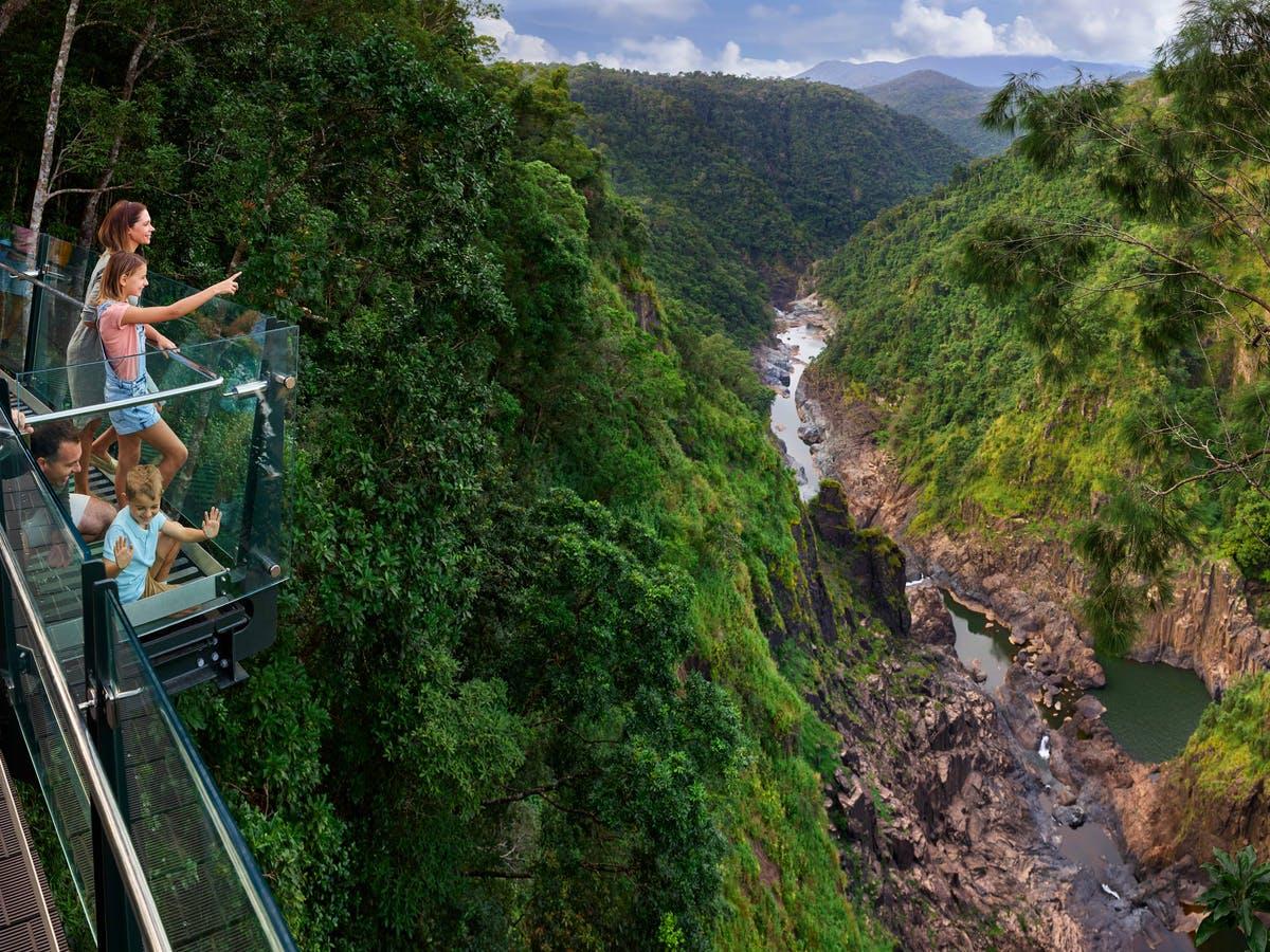 空中缆车这一项目在可持续旅游方面表现卓越,多次获得澳航奖(Qantas Award),也成为世界最美妙的雨林体验。从凯恩斯和道格拉斯港到空中观光缆车都很方便,分别只需 10 分钟和 50 分钟的路程。