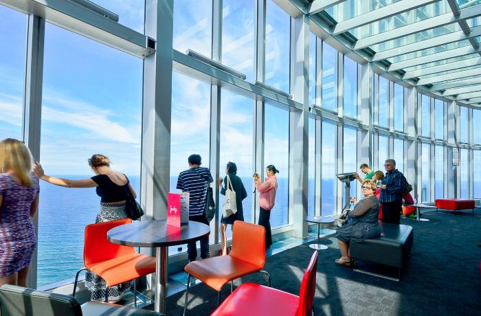 Q1观景台(SkyPoint Observation Deck)是所有来黄金海岸(Gold Coast)游览游客的必到之处。 无与伦比的 360 度视角、迷你剧院、信息丰富的功能区和显示屏为您提供度假所需的所有信息。享用一顿新鲜的美餐,运气好的话您或许还能看到沿东海岸迁徙而来的鲸鱼;