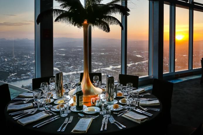 如果你在Q1 SkyPoint上的咖啡吧或是酒吧里,点上一杯咖啡或是鸡尾酒,再佐以小食.这就成就了一顿可遇不可求的、发生在澳洲东海岸高空之上的轻松快意无比的下午茶,享受美食美饮的时候可别忘了追随夕阳入海的壮丽美景。