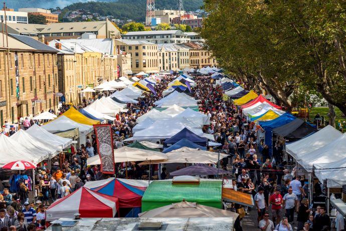 莎拉曼卡市场(Salamanca Market)位于塔斯马尼亚州首府霍巴特(Hobart)市区,是塔斯马尼亚州乃至全澳大利亚最知名的集市之一。