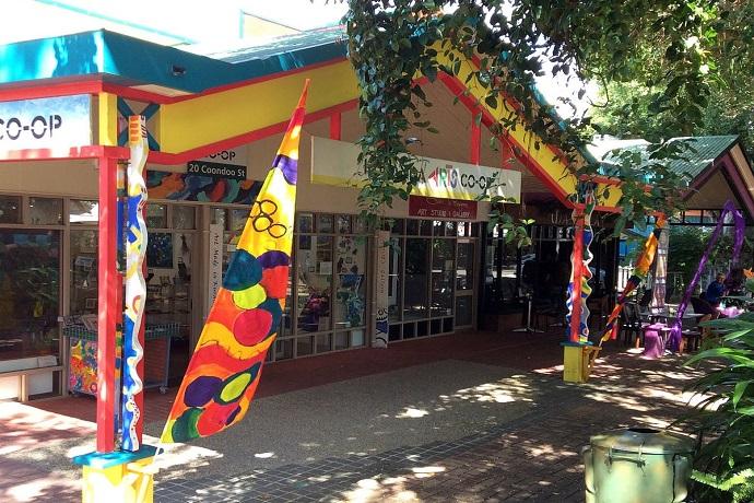 这座雨林中的村庄因热带北昆士兰(Tropical North Queensland)的艺术和工艺品的关系而颇负盛名,是一处结合天空之轨雨林索道(Skyrail Rainforest Cableway)和库兰达观景火车(Kuranda Scenic Railway)之旅的热门旅游目的地。