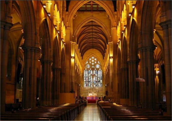 """大教堂是由当地的砂岩建成,""""哥特式""""的建筑风格是欧洲中世纪大教堂的建筑遗风。1865年修建中的大教堂毁于大火。重建工程于1865年开始,耗时60多年,于1928年完成。"""