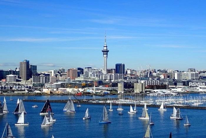 """奥克兰,新西兰北部的滨海城市,最大城市,奥克兰有很多帆船,被称为""""帆船之都""""。奥克兰全世界拥有帆船数量最多的城市,所以又被称为""""风帆之都"""",是南半球主要的交通航运枢纽,也是南半球最大的港口之一,世界著名的国际大都市。"""