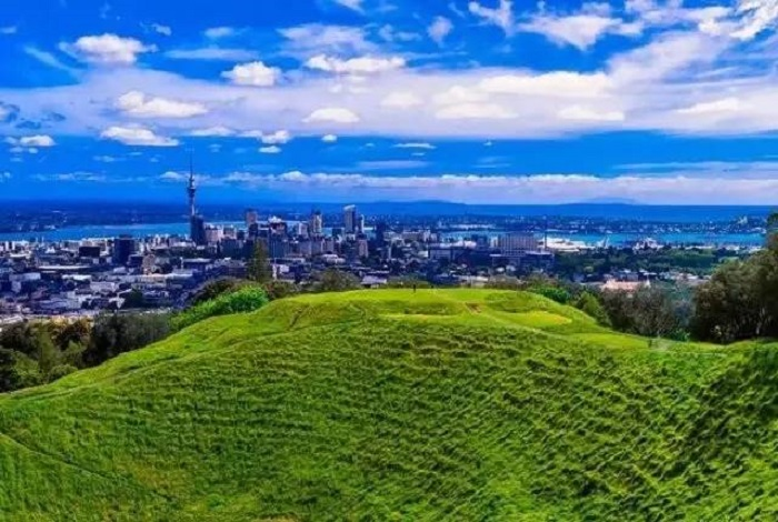 著名伊甸山公园内位于市中心以南约5公里处,是一死火山的火山口。海拔196米,有公路可盘旋而上有公路可盘旋而上,山上可鸟瞰市区、港湾风光、乡村绿野似的草地、海港外的恋基托托岛及对岸的地旺半岛尽在眼底。