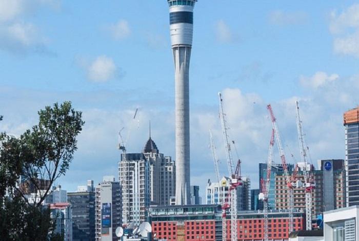 位于奥克兰328米高耸入天的天空塔(SkyTower)是南半球最高的建筑物,并且也是全世界第十二高的建筑物,比巴黎的艾菲尔铁塔及悉尼的AMP塔还高。试着想像天空塔的高度,有如37辆巴士接连在一起的长度。
