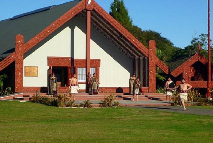 毛利文化村(Maori village)位于罗托鲁瓦市东南部,与华卡雷瓦雷瓦地热保护区毗邻,将毛利人的古老房屋,经过修缮后集中在这里,村的中央有一处展览所,内部陈列了毛利人独特的雕刻品,是游客了解毛利族文化的最佳场所。