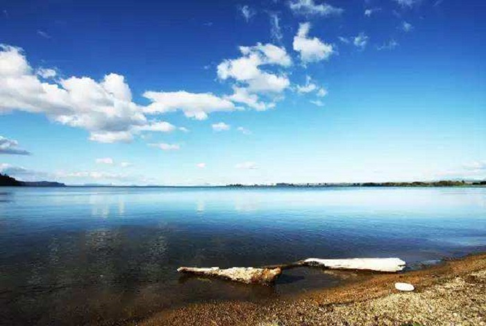 陶波湖 新西兰最大的湖泊。位于北岛中部火山高原上。面积616平方公里。 湖面海拔356公尺,最深点186公尺, 怀卡托河上游由南面注入,湖水由湖东北经怀卡托河流出。湖水覆盖几座火山口。陶波镇位于湖口,为附近乳牛、肉牛、羊牧区和人造林区的中心。湖四周多地热温泉,或作疗养地,或用以发电。