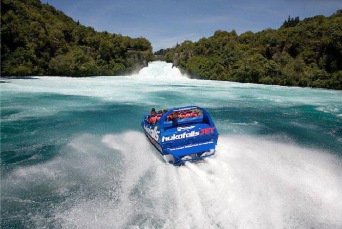 """胡卡瀑布水量充沛、气势磅礴,怀卡托河由12公尺高的河道断层冲泻而下,造成每秒230吨巨量的水流,浅蓝如宝石的怀卡托河因隘口及断层的作用,产生喷射及向下的巨大动力,形成泡沫般的水瀑宣泄而下,故当地人称此瀑布为""""Huka"""",也就是泡沫的意思。"""