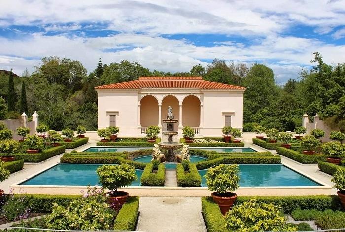 汉密尔顿花园(Hamilton Gardens)位于汉密尔顿市南端,沿怀卡托河建造。它并未按照传统的植物园进行规划开发,而是以人与植物的关系为主题,共包含5个主题花园组合总占地面积达58公顷。