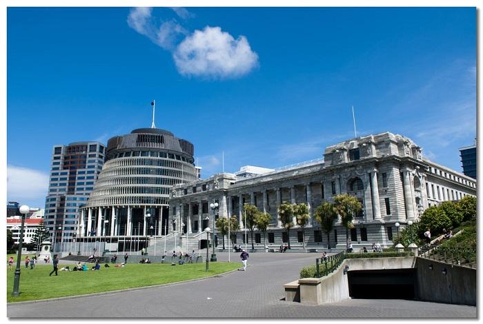 惠灵顿国会大厦(New Zealand's Parliament)是惠灵顿非常有名的建筑群,由三栋建筑组成,分别是哥特风格的国会图书馆,灰奶油色庄严的议政厅,以及最夺人眼球蜂窝式设计的办公大楼。截然不同的建筑风格使得这三个建筑既互相独立又形成了一个有趣的整体。