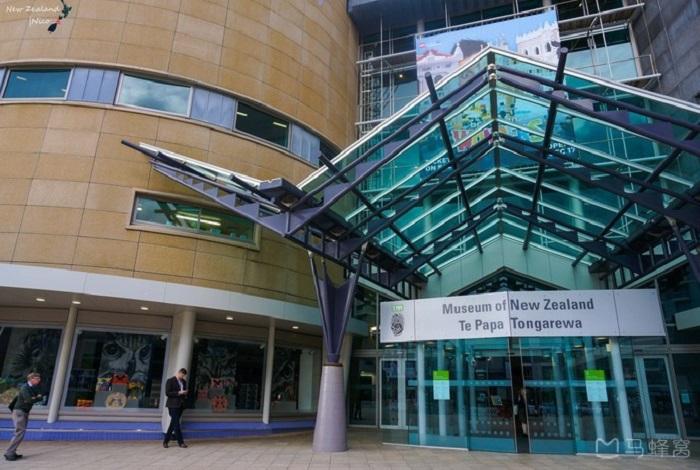 新西兰国家博物馆(Museum of New Zealand)是南半球最大博物馆,地处市中心,创建于1963年。里面关于毛利文化的藏品丰富,还有毛利会堂以及太平洋的艺术展品。值得一提的是,在这座高度现代化的博物馆里,里面高科技展览或许能给你留下深刻的印象,例如可以体验在运动中摇晃的房子。