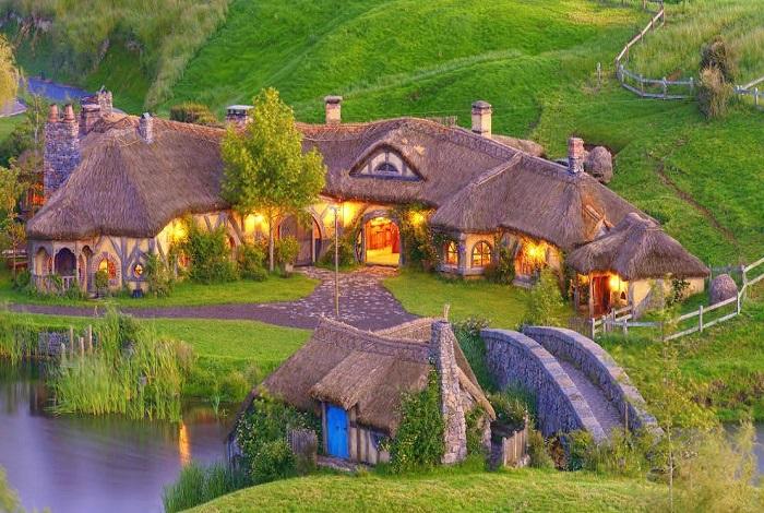 托尔金小说里中土世界的夏尔国,有翠绿平缓的山坡,悠闲的农庄氛围,以及矮小的霍比特人居住的袋底洞,电影《指环王》和《霍比特人》的取景地霍比特村将小说中的场景一一还原。
