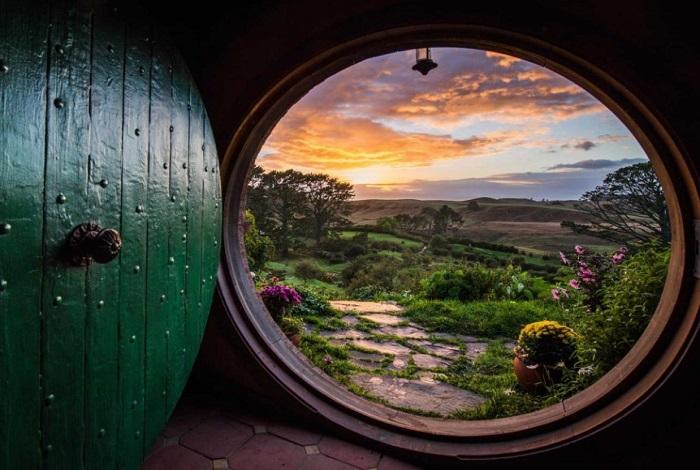 """湖边磨坊、《霍比特人》主角比尔博·巴金斯的家,每一幕都是观众熟悉的场景。《魔戒》和《霍比特人》的电影造景在这里完整地保留下来,在连绵青翠的山坡上,半圆形的霍比特人洞穴小屋""""镶嵌""""在半山腰里,错落有致。"""