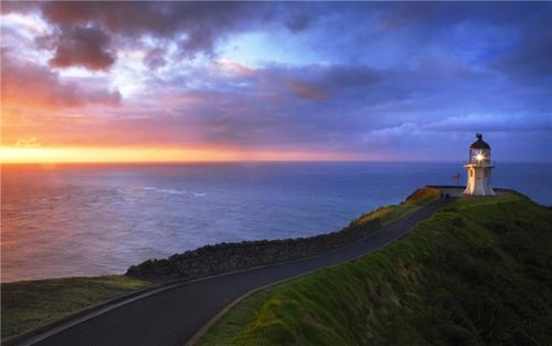 雷英格海角灯塔位于新西兰最北端的雷因格海角,矗立在高于海平面290米的陡峭海角上,是新西兰标志性的旅游景点。 站在海角的最前端,您可观看塔斯曼海与太平洋交界处的雄壮景观,浩瀚无垠,阳光猛烈,波光粼粼。灯塔为白色,建立于1941年,高10米,面对着浩瀚的南太平洋。