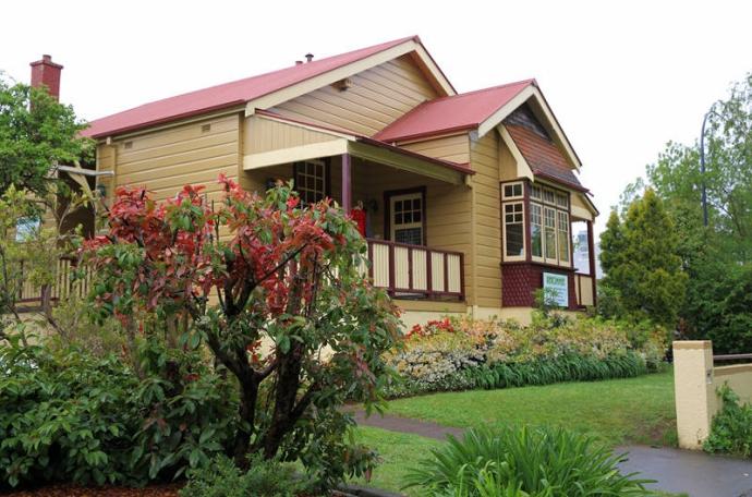 蓝山脚下的童话小镇,以精巧的建筑及艺术气氛闻名,这里有很多美丽的画廊、书店及幽静的咖啡馆和茶社;鲁拉玩具公园和铁路博物馆收藏了很多精美的19世纪澳大利亚艺术品、可爱的玩具和精致的铁路模型,充满童趣。