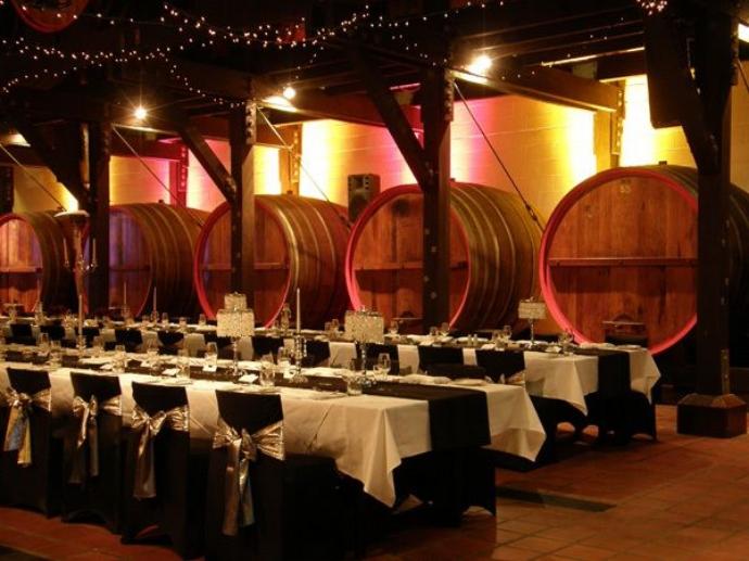 整个葡萄酒酿制过程,原始古朴的酿造工艺,值得一瞧。同时,品酒也是行程中的精华,只要你愿意,可以品尝到多种特色葡萄酒,回味无穷。