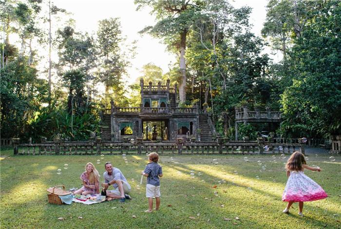 帕罗尼拉公园,是日本著名动画导演宫崎骏画出《天空之城》的灵感地。因此,有很多日本游客前往这里游览,古堡是西班牙风格,它也曾经有过风光的日子:举行过不少舞会和婚礼。它背后有一个美丽浪漫的故事:一位西班牙的男人为了证明对妻子的爱而亲手建造的的两人的梦幻国度。