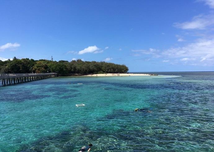 提供的活动包括潜泳、半潜艇和玻璃底船珊瑚观光之旅、自助午餐和时间自由的绿岛国家公园(Green Island National Park)探索体验。