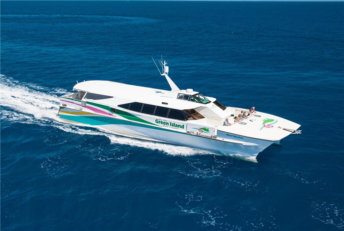 """""""大猫号""""游艇是配备空调的现代双体船,可以带来极致舒适的一流体验,具有宽敞的船舱和外部甲板区可供游客充分享受温暖的热带气候。"""