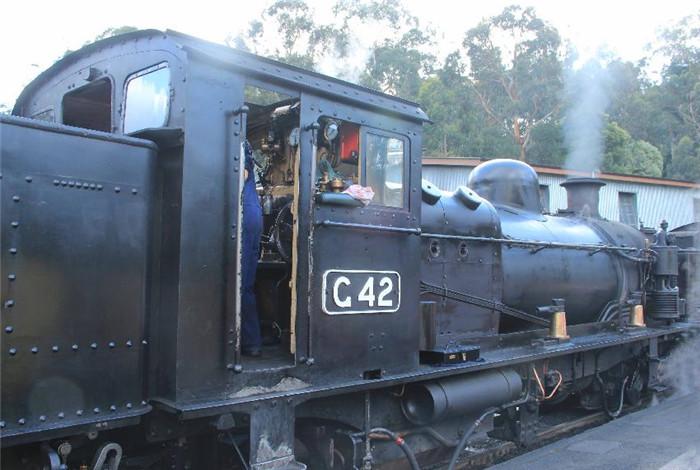 上世纪初,澳大利亚维多利亚州为开发其偏远地区而修通了四条低成本的762毫米(2′6″)铁路线,普芬比利铁路就是其中的一条。